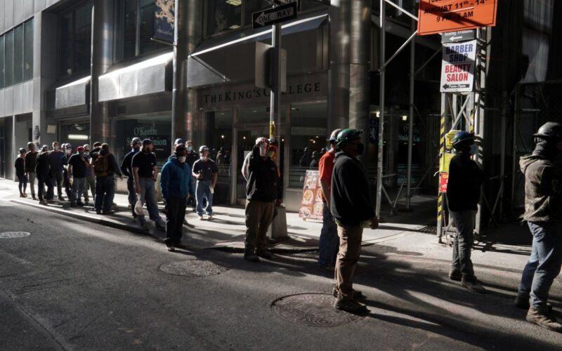 Zengin New Yorklular, Kovid-19 testi kuyruğunda kendileri için bekleyecek insanlar tutuyor