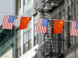 Eğer ABD 92 milyon Çin Komünist Partisi (CCP) üyesinin kim olduğunu belirleyebilirse, yeni prosedürlere göre parti üyeleri sadece ABD'ye tek girişlik bir aylık vize alabilecek. Trump yönetimi Çarşamba günü yayımladığı yeni kurallar ile birlikte CCP üyelerinin ve yakın aile üyelerinin ABD'ye giriş çıkılarını kısıtlaması, iki ülke arasındaki gerginliği tırmandırabilir. Hemen yürürlüğe giren yeni kurallar parti üyelerinin ve ailelerinin maksimum vize alma süresini bir 1 ay ile sınırlandırıyor. Daha önceden CCP üyeleri herkes gibi 10 yıl boyunca geçerli ziyaretçi vizesi alabiliyordu. 1 ay süre ile verilecek ziyaret vizesiyse tek giriş ile sınırlandırılıyor. CCP üyeleri daha önce tek bir vize ile ülkeye birden fazla giriş yapabiliyorken şimdi alınan vize ile sadece tek bir giriş yapabilecekler.