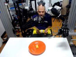 30 yılı aşkın süredir felçli olan adam, artık robotik kollarla yemek yiyebiliyor