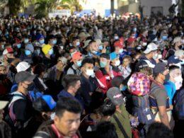 """Trump'ı eleştiren Biden'ın """"samimiyet"""" sınavı: 3 bin göçmen ABD yollarına düştü"""