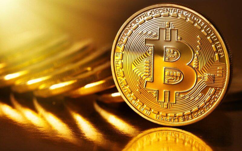 """Bitcoin'in blok zinciri her bir işlemi kaydeden ve herkesin inceleyebileceği şekilde kamuya açık olan çevrimiçi bir muhasebe defteri işlevi görüyor. Ağın şeffaflığına rağmen fon gönderen veya alan herkes belirli önlemler aldığı sürece anonim kalabilir. Bu, kripto para biriminin blok zincir boyunca izlenebileceği ama izinin kişi veya kurumlara kadar da sürülemeyeceği anlamına geliyor. Bu durum Bitcoin ve benzeri yarı anonim kripto para birimlerini siber suçlular ve dark web piyasaları kullanıcıları arasında popüler bir ödeme yöntemi kılıyor. Ağustos 2016'da gerçekleşen Bitfinex hacklenmesi yaklaşık 120 bin Bitcoin'in müşterilerin hesaplarından kaybolmasıyla sonuçlanmıştı. O zamanlar bu rakam 72 milyon dolar (yaklaşık 578 milyon TL) değerindeydi ama Bitcoin fiyatının büyük bir fiyat tırmanışı sebebiyle neredeyse 65 bin dolara (yaklaşık 521 bin TL) ulaşmasının ardından çalınan toplam miktar bugün kabaca 7,5 milyar dolara (yaklaşık 60 milyar TL) tekabül ediyor. Çarşamba günü transfer edilen fonlar, çalınan toplam miktarın yüzde 10'undan daha az. Bitfinex faillerin izini sürmek için polisle birlikte çalışmaya devam ediyor. Bitfinex'in baş hukuk müşaviri Stuart Hoegner, The Independent'a verdiği demeçte """"Uluslararası emniyet güçleriyle durumu yakından izlemeye devam ediyoruz"""" dedi. Fonları geri alır almaz sözleşme yükümlülüklerimiz gereğince tahsis edeceğiz."""