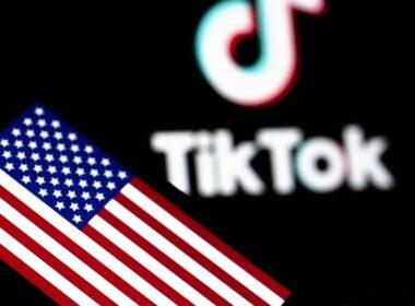 """TikTok, kullanıcılarının izni olmadan kişisel verileri topladığı iddialarıyla açılan toplu davaların çözümü için 92 milyon dolar ödemeyi kabul etti. TikTok, Musical.ly, Toutiao, BuzzVideo, Vigo Video uygulamaların sahibi ByteDance, TikTok'un kullanıcılarının izni olmadan kişisel verileri topladığı iddialarına karşılık gizlilik ihlalleri nedeniyle açılan 21 dava için ABD'ye 92 milyon dolar ödemeyi kabul etti. TikTok mail üzerinden yaptığı açıklamada, """"İddialara katılmasak da TikTok olarak kullanıcıları için güvenli ve keyifli bir deneyim yaratmaya odaklamak istiyoruz"""" dedi. TikTok'un ABD'de yaklaşık 100 milyon kullanıcısı bulunuyor. Uygulama özellikle genç Amerikalılar arasında popüler. WeChat'in ise günde ortalama 19 milyon aktif kullanıcısı var."""