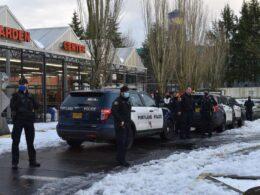 ABD'de onlarca kişi süpermarketin attığı yiyecekleri almak için akın edince polis müdahale etti
