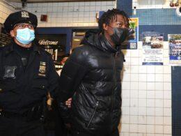 18 yaşındaki genç, New York metrosunda kalaşnikofla yakalandı
