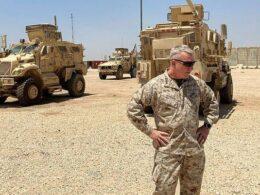 ABD'li generalden YPG'ye destek pozu: 'Arkamdaki Bradley'lere bakın'