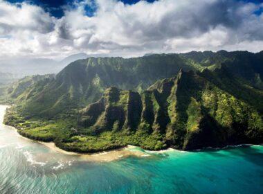 """Ünlü milyarder, Kauai'deki Larsen Plajı'nda bulunan 3 parsellik yalı boyundaki arsayı kâr amacı gütmeyen Waioli Corporation'dan hiç düşünmeden aldı. Haberlere göre plaja ulaşan yol satışa dahil edilmedi ve halka açık kalacak. """"Lepeuli ahupua'a"""" olarak bilinen mülk, Waioli Corporation'a göre """"değiştirilmemiş doğal yaşam alanlarındaki çeşitli resif, deniz, kuş, bitki örtüsü ve tarihi koleksiyonlara"""" ev sahipliği yapıyor. Waioli Corporation Başkanı Sam Pratt, Pacific Business News'e verdiği demeçte, """"Bu toprağın Mark'la Priscilla'nın güvenilir ellerinde olacağını ve onların bugün ve gelecekte Lepeuli'nin sorumluluk sahibi yöneticileri olarak hareket edeceğini biliyoruz"""" dedi. Bu satın almayla birlikte Zuckerberg'in Hawaii'de sahip olduğu araziler 5 bin 259 dönüme çıktı. Zuckerberg, 2015'te Kauai'de 2 bin 832 dönümlük bir arazi satın almış fakat mülk üzerinde küçük parsellere sahip bazı ailelerle sorunlar yaşamıştı. Sözkonusu kişiler """"Kamaaina aileleri"""" ya da topraklarını resmi tapu olmadan miras alan yerli Hawaii ailelerinin torunları olarak biliniyor. Teknoloji kralı, aileleri topraklarını aleni müzayedede satmaya zorlayıp onları [mülklerden] atmak için bir dizi dava açarak riskli bir hamle yapmıştı. Zuckerberg sonunda davaları düşürdü ve adanın gazetesinde özür dileyen bir köşe yazısı yazarak """"hatasını"""" kabul etti. Yeni mülkündeki arazi şu anda Paradise Ranch'e kiralanmış halde ve Facebook CEO'su kimseyi toprağından atmayı planlamadığını çabucak söyledi. Zuckerberg ve Chan, Pacific Business News'e yaptıkları açıklamada, """"Waioli, muhafaza ve kültürel korumayı teşvik eden önemli çalışmalar yapıyor ve biz de bu topraklara dair miraslarına karşı duyarlıyız"""" dedi. Paradise Ranch'le yapılmış halihazırdaki çiftlik kira anlaşmasını korumaya ve mevcut tarım tahsisini genişletmeye kararlıyız."""